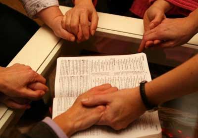 ¿QUÉ ES UNA CADENA DE ORACIÓN? 564-04-17-08-orando