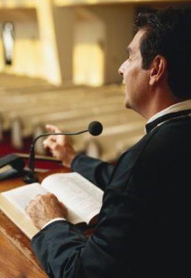 Pastor denuncia a policía que interrumpió su culto religioso