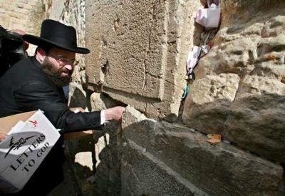 Dios recibe miles de cartas en la oficina postal de Jerusalén