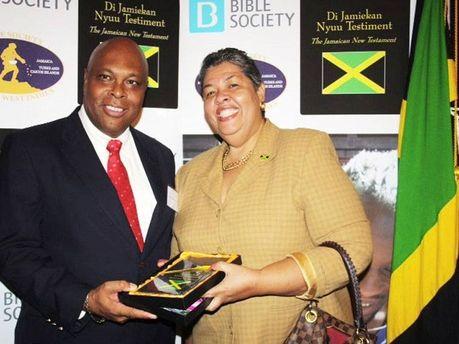Jamaiquinos ahora tienen la Biblia en su propio dialecto