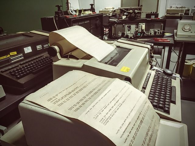 typewriter-910475_640